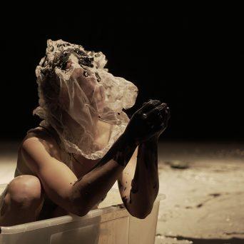Arielle Warnke St-Pierre en répétition pour Gratter la pénombre - Alan Lake - © Maison pour la danse