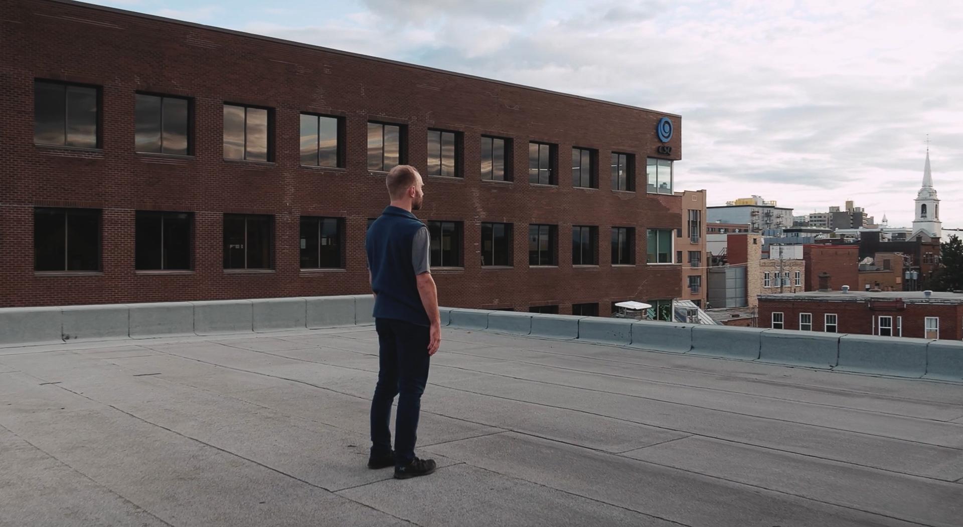 Plan-séquence sur le toit de la MPLD